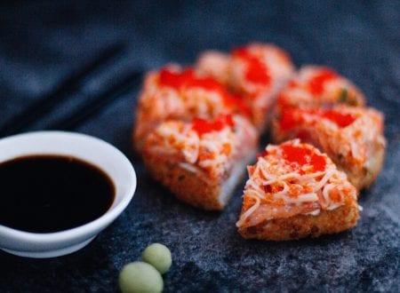 Sushi Pizza Authentik, chopsticks, soy sauce and wasabi | Pizza sushi L'Authentique, baguettes, sauce soya et wasabi